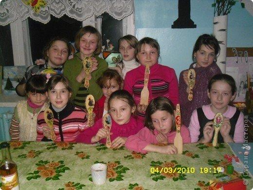 МОи девочки со своими подарками для мам.это было на 2010г