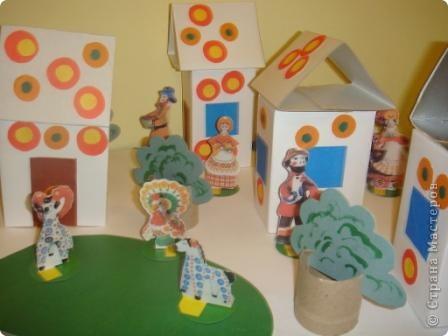 Вот такую деревеньку мы смастерили с 4-летними детьми при знакомстве с дымковской игрушкой, точнее особенностями ее орнамента. Время изготовления - 1 занятие. фото 2