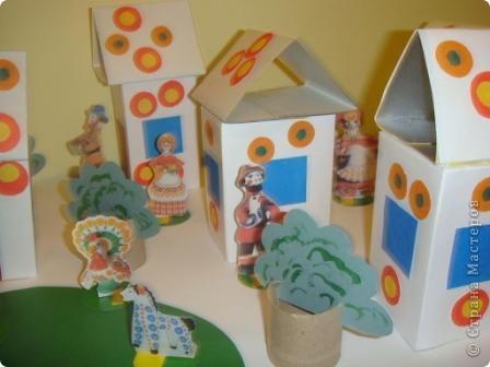 Вот такую деревеньку мы смастерили с 4-летними детьми при знакомстве с дымковской игрушкой, точнее особенностями ее орнамента. Время изготовления - 1 занятие. фото 3