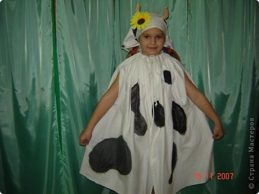 Костюм коровы - накидка и косыночка (пятна нарисованы). В руку можно дать бидон (белый с черными пятнами) для завершения образа.