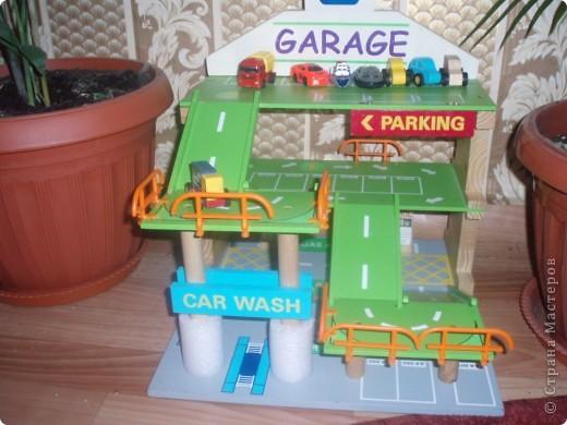 вот такой гараж в прошлом году подарил Игнаше Дед Мороз выставляю как идею для мальчиков, он весь собирается, как конструктор :)))))Спасибо все , кто к нам заглянул