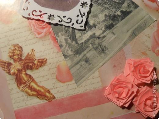 Привет из Парижа прошлого века. Фон - упаковочная бумага с ангелочками, розочками и какими-то надписями. Черно-белая старая фотография Эйфелевой башни, тонированная фотография красавицы - из интернета. Квиллинговые розочки повторяют розы на фоновой бумаге. фото 3