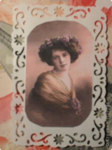 Привет из Парижа прошлого века. Фон - упаковочная бумага с ангелочками, розочками и какими-то надписями. Черно-белая старая фотография Эйфелевой башни, тонированная фотография красавицы - из интернета. Квиллинговые розочки повторяют розы на фоновой бумаге. фото 4