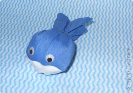 """Приклейте к конфетке с одним """"хвостиком"""" пластиковые глазки. Что получится? Рыбка. Таких рыбок можно использовать в качестве призов на детском празднике (например, на дне рождения в морском стиле). Подойдут рыбки и для создания сладкой открытки. фото 3"""
