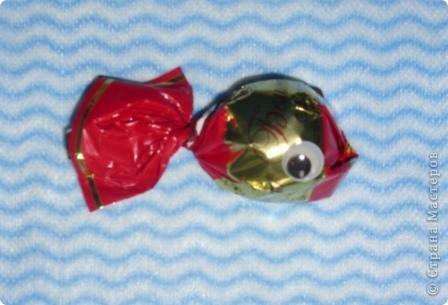 """Приклейте к конфетке с одним """"хвостиком"""" пластиковые глазки. Что получится? Рыбка. Таких рыбок можно использовать в качестве призов на детском празднике (например, на дне рождения в морском стиле). Подойдут рыбки и для создания сладкой открытки. фото 1"""
