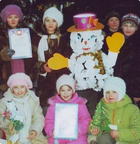 К сожалению, не очень качественное фото. Этого снеговика мы сделали из картона, бумаги и ваты. Фантазировали с ребятами по ходу выполнения работы. Своеобразный творческий экспромт.