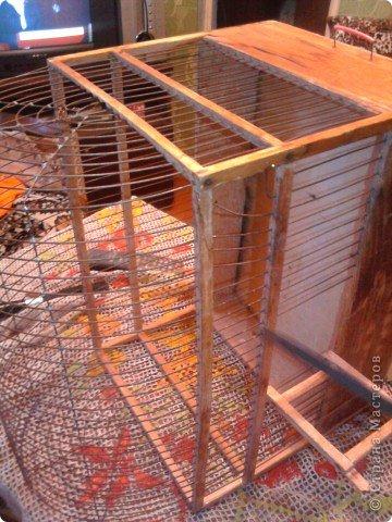 у меня была старая клетка для птиц. Выбросить её мне было жалко вот я и нашла её применение.Для работы мне понадобилась ножовка по металу,туалетная бумага,обойный клкй,обои фото 1