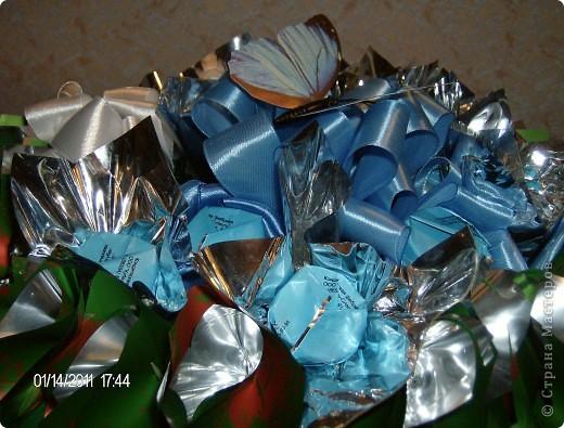 букет из конфет.корзинка украшена лентой. фото 2
