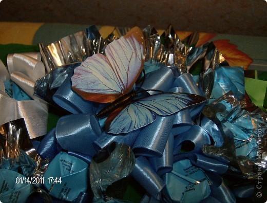 букет из конфет.корзинка украшена лентой. фото 3