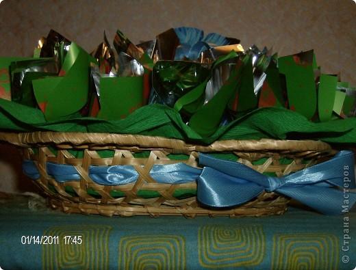 букет из конфет.корзинка украшена лентой. фото 1