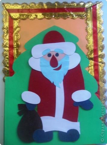 Эта открыточка сделана в качестве образца к Новому Году. Шаблоны все простые, поэтому дети её делают быстро. А дальше - полный простор для творчества. Добавляйте блеска Ёлочке (например, приклеивая пайетки). А можно Деду в руки дать объёмный мешок с подарками...