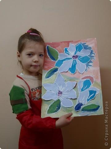 """Предложила ребятам после изучения холодных и теплых цветов выполнить букет для Снежной Королевы. Каждый должен аппликационно составить буке, """"заморозить""""лепестки и листья и оформить в холодный фон.  фото 2"""