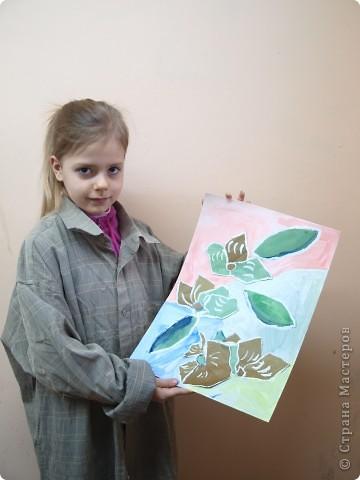 """Предложила ребятам после изучения холодных и теплых цветов выполнить букет для Снежной Королевы. Каждый должен аппликационно составить буке, """"заморозить""""лепестки и листья и оформить в холодный фон.  фото 7"""