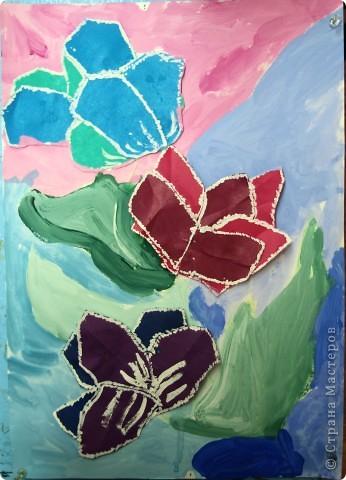 """Предложила ребятам после изучения холодных и теплых цветов выполнить букет для Снежной Королевы. Каждый должен аппликационно составить буке, """"заморозить""""лепестки и листья и оформить в холодный фон.  фото 6"""