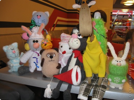"""Сегодня, в одном из торговых центров нашего города,состоялась встреча мастериц по случаю обмена игрушками. Обмен игрушками - """"игра"""", правила  которой очень просты: набирается n-ое количество человек (все желающие).Перетасовываются имена участников, чтобы каждому случайно досталось имя того, кому вяжет (или шьет  ) игрушку. Приурочиваем обмен к какому-то дню или празднику, а можно и просто так.То, что вяжем(шьем) - сюрприз! фото 1"""
