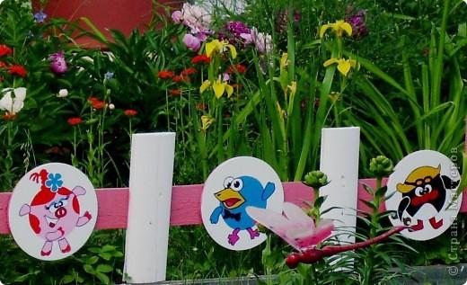 """Аппликация """"Смешарики""""из декоративной плёнки на заборе. Круги из фанеры предварительно выкрашены белой краской. фото 1"""