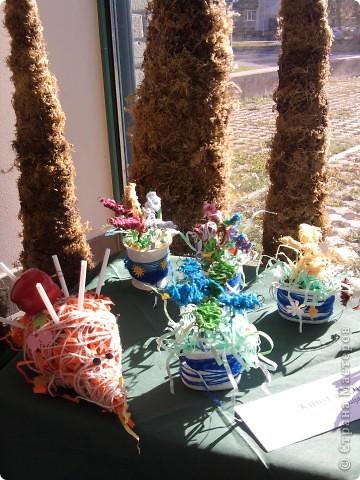 Наши ёжики и цветы из полосок бумаги(бумага пропущена через аппарат для уничтожения документов) фото 2