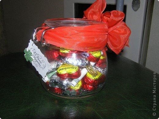 Такую баночку с конфетками и денежкой внутри я сделала в подарок на свадьбу. Захотелось, что-то новенького и необычного. Молодожены были в восторге. Идею подарка в банке я подсмотрела на сайте 7даров. Для изготовления подарка мне понадобилось около 25 конфет, половину из которых я завернула в фольгу. фото 1