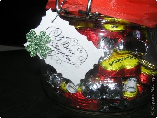 Такую баночку с конфетками и денежкой внутри я сделала в подарок на свадьбу. Захотелось, что-то новенького и необычного. Молодожены были в восторге. Идею подарка в банке я подсмотрела на сайте 7даров. Для изготовления подарка мне понадобилось около 25 конфет, половину из которых я завернула в фольгу. фото 4