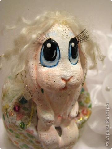 Для Леночки (Kuld), я сделала эту маленькую ушастую девочку. Зайка слеплена из застывающей массы дарви-классик. Расписана акрилом. Волосы из овчинки, наклеяны прядями. В мешочке - лаванда)) Мешочек украшем кристаликами и блестками.  фото 1
