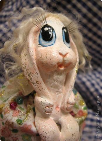 Для Леночки (Kuld), я сделала эту маленькую ушастую девочку. Зайка слеплена из застывающей массы дарви-классик. Расписана акрилом. Волосы из овчинки, наклеяны прядями. В мешочке - лаванда)) Мешочек украшем кристаликами и блестками.  фото 2