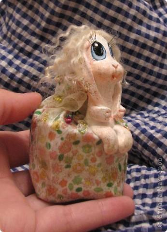 Для Леночки (Kuld), я сделала эту маленькую ушастую девочку. Зайка слеплена из застывающей массы дарви-классик. Расписана акрилом. Волосы из овчинки, наклеяны прядями. В мешочке - лаванда)) Мешочек украшем кристаликами и блестками.  фото 3