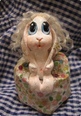 Для Леночки (Kuld), я сделала эту маленькую ушастую девочку. Зайка слеплена из застывающей массы дарви-классик. Расписана акрилом. Волосы из овчинки, наклеяны прядями. В мешочке - лаванда)) Мешочек украшем кристаликами и блестками.  фото 4