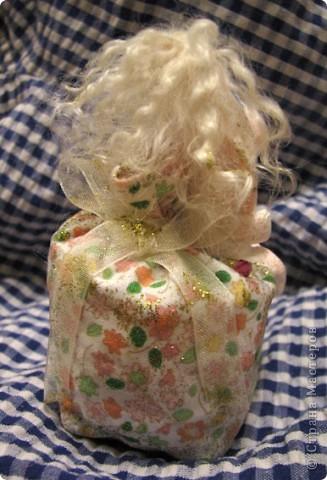 Для Леночки (Kuld), я сделала эту маленькую ушастую девочку. Зайка слеплена из застывающей массы дарви-классик. Расписана акрилом. Волосы из овчинки, наклеяны прядями. В мешочке - лаванда)) Мешочек украшем кристаликами и блестками.  фото 5