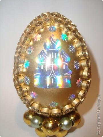 Яичко покрыто золотым аэрозолем. фото 1