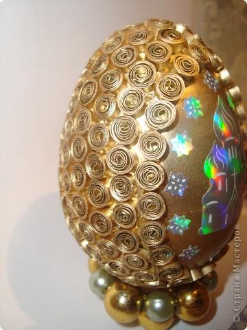 Яичко покрыто золотым аэрозолем. фото 2