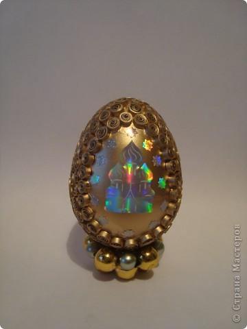 Яичко покрыто золотым аэрозолем. фото 3