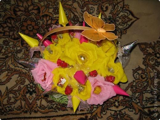 """Только учусь, поэтому все корявенько, да еще и сынуля пытался  """"помогать"""". Но главное имениннице  очень понравился, она любит желтые розы и сладкое. фото 2"""