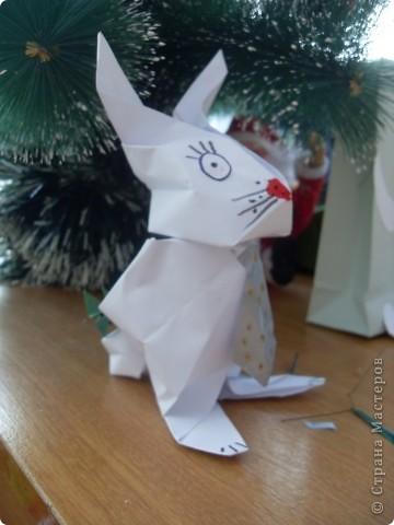 В прошлом году учила делать пакетики из бумаги и превращать их в разных героев. В этом году напомнила, что пакетики можно превратить в сумочку. Дашенька Дятлова, натура творческая, решила и пакетик превратить в самостоятельный подарок. фото 4