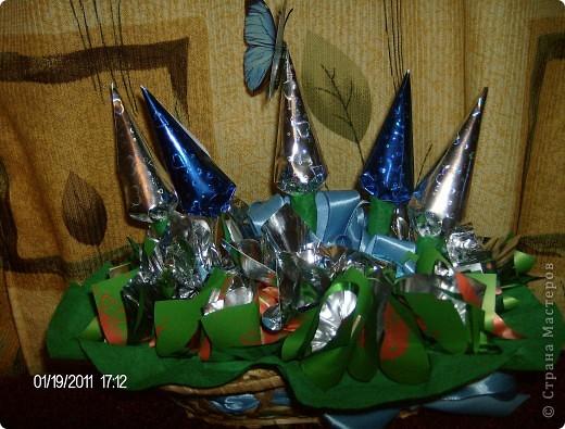 букет из конфет.корзинка украшена лентой. фото 4