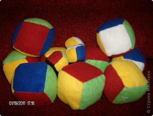 Кубики сшиты из флиса. Размер 10*10 и 5*5. Внутри больших кубиков футляры от киндеров с разными крупами.Пока изучаем цвета, а потом будут пришиты цифры.