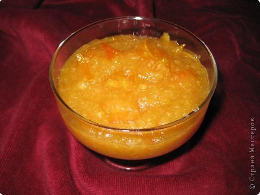 Апельсины – 1 кг  Сахар – 1 кг(я взяла 800гр) Вода – 1 л(я взяла 500гр) Корица – 1 палочка Лимон – 2 шт.    Тщательно помойте апельсины, а затем с помощью овощечистки снимите тонкий слой апельсиновой кожуры. Очищенные апельсины разрежьте (именно разрежьте, а не поделите) примерно на 8 частей, переложите их в глубокую миску или кастрюлю, сверху засыпьте сахаром и оставьте на 2-3 часа. За это время апельсины должны дать довольно большое количество сока. Именно поэтому и рекомендуется апельсины резать, так они быстрее и охотнее выделяют сок.  Когда апельсины дадут сок, влейте к ним и свежевыжатый сок лимона, либо добавьте лимонной кислоты.   В отдельной кастрюле прокипятите лимонную цедру в воде, количество которой не должно превышать 1 л. Поварите цедру до тех пор, пока она не станет мягкой, после чего нужно вылить этот отвар в кастрюлю с апельсинами.    Поставьте кастрюлю с апельсиновой заготовкой на слабый огонь, добавить палочку корицы и варить всю эту смесь до тех пор, пока объем джема не уменьшится примерно в два раза. В зависимости от мощности огня это может занять от полутора и более часов.  Когда вы достигнете данного условия, то снимите джем с огня, дайте ему немного остыть, а затем измельчите апельсины в блендере или в мясорубке.    Измельченные апельсины верните в кастрюлю, корицу достаньте, а вместо нее введите в состав джема нарезанную на мелкие кусочки цедру 2-3 апельсинов. Верните кастрюлю на огонь, поварите еще какое-то время, и все – джем готов.  Приятного аппетита!