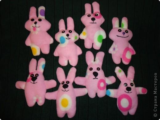 ребенкины зайцы (дочка придумала выкройку и вышила рожицы этим зайцам) фото 3