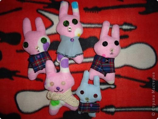 ребенкины зайцы (дочка придумала выкройку и вышила рожицы этим зайцам) фото 2