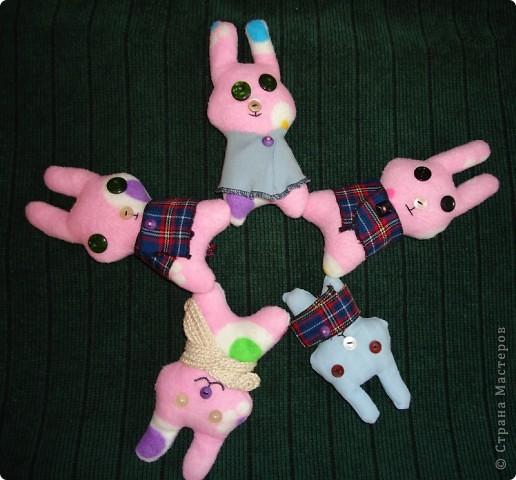 ребенкины зайцы (дочка придумала выкройку и вышила рожицы этим зайцам) фото 1