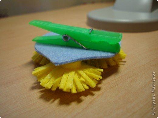 Что можно сделать из салфеток для уборки и прищепок? У нас  получилось вот такое украшение для штор. фото 16
