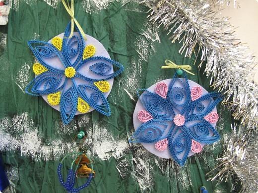 Такие снежинки мы сделали с пятиклассницами на конкурс Новогодней игрушки. фото 1