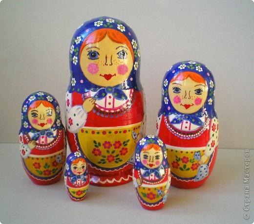 Нарисовала несколько матрешек в подарок. Попыталась сделать традиционные сувениры с традиционной же росписью. Это была попытка изобразить матрешку с полхов-майданской росписью. фото 3