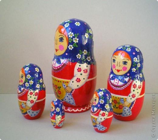 Нарисовала несколько матрешек в подарок. Попыталась сделать традиционные сувениры с традиционной же росписью. Это была попытка изобразить матрешку с полхов-майданской росписью. фото 5