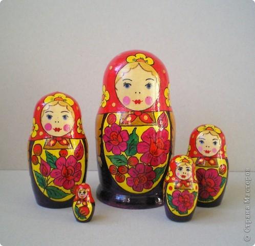 Нарисовала несколько матрешек в подарок. Попыталась сделать традиционные сувениры с традиционной же росписью. Это была попытка изобразить матрешку с полхов-майданской росписью. фото 1