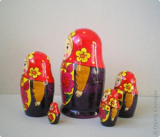 Нарисовала несколько матрешек в подарок. Попыталась сделать традиционные сувениры с традиционной же росписью. Это была попытка изобразить матрешку с полхов-майданской росписью. фото 2