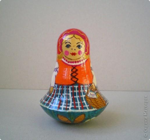Нарисовала несколько матрешек в подарок. Попыталась сделать традиционные сувениры с традиционной же росписью. Это была попытка изобразить матрешку с полхов-майданской росписью. фото 6