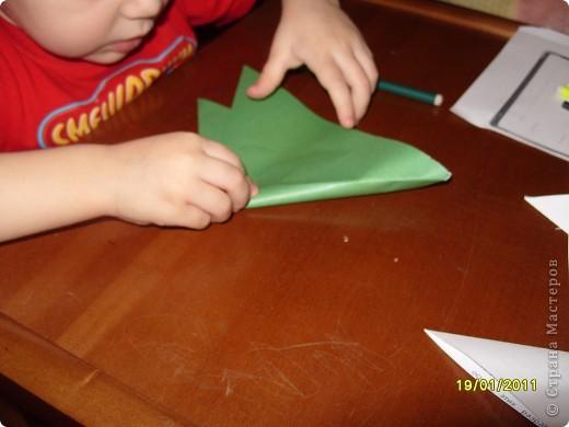 Лягушка из бумаги. Вырезали квадрат. Ребёнок (2г. 11 мес) сам сложил треугольник. фото 1
