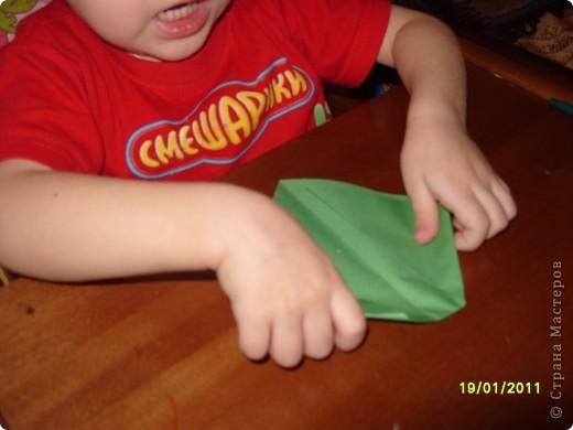 Лягушка из бумаги. Вырезали квадрат. Ребёнок (2г. 11 мес) сам сложил треугольник. фото 3