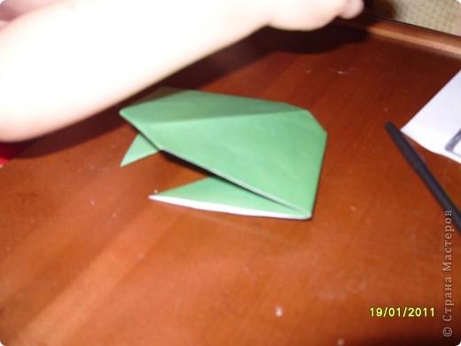 Лягушка из бумаги. Вырезали квадрат. Ребёнок (2г. 11 мес) сам сложил треугольник. фото 4