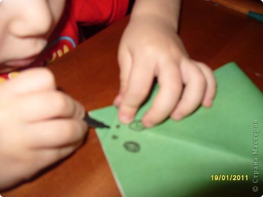 Лягушка из бумаги. Вырезали квадрат. Ребёнок (2г. 11 мес) сам сложил треугольник. фото 5
